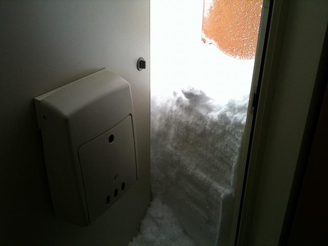 雪でドアが開かない